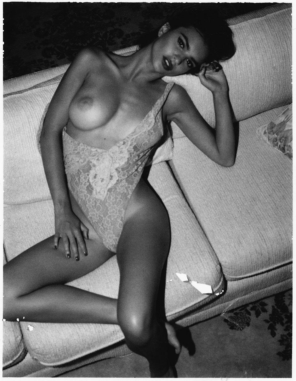 Emily-Ratajkowski-by-Jonathan-Leder-Polaroids-NSFW-Nude-05