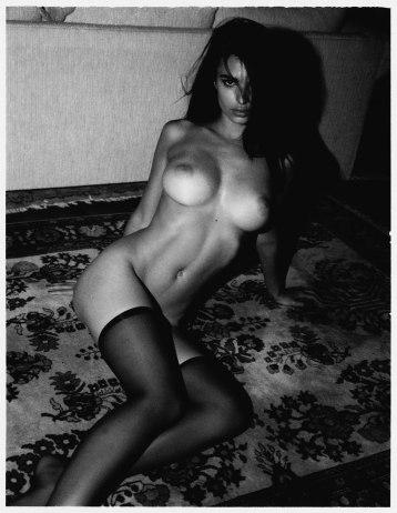 Emily-Ratajkowski-by-Jonathan-Leder-Polaroids-NSFW-Nude-19